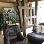 Raumteiler aus rustikalen Holzbalken