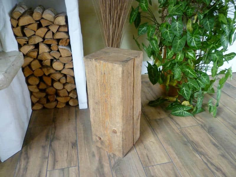 Handarbeit verarbeiteter Holzhocker